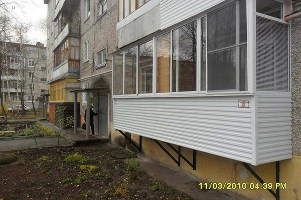 фото: обшитый подвесной балкон