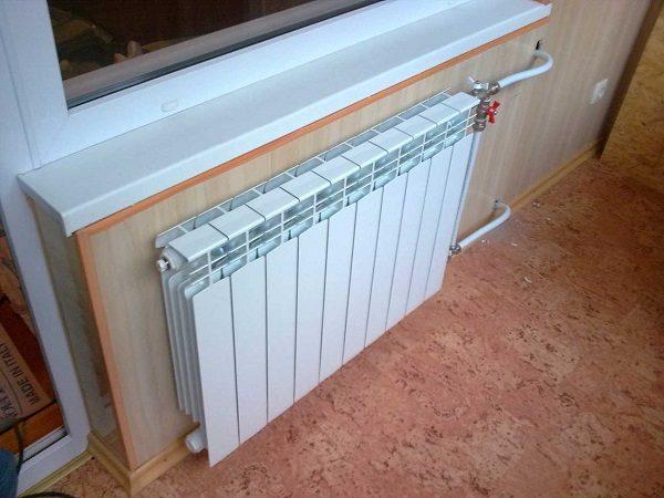 биметаллические радиаторы отопления на балконе