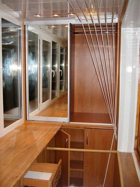 фото: шкаф на балкон с ящиками и перекладиной