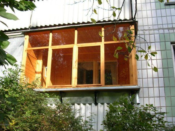 фото: деревянные рамы на балконе