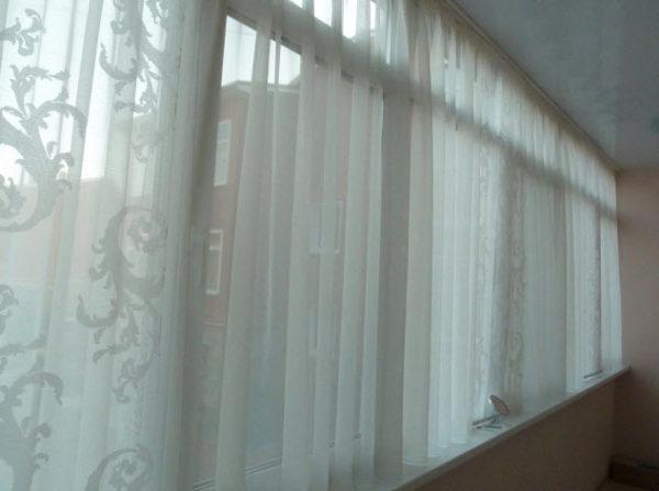 фото: короткие занавески на балкон