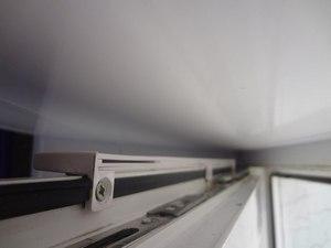 фото: вентиляционный клапан на створке окна