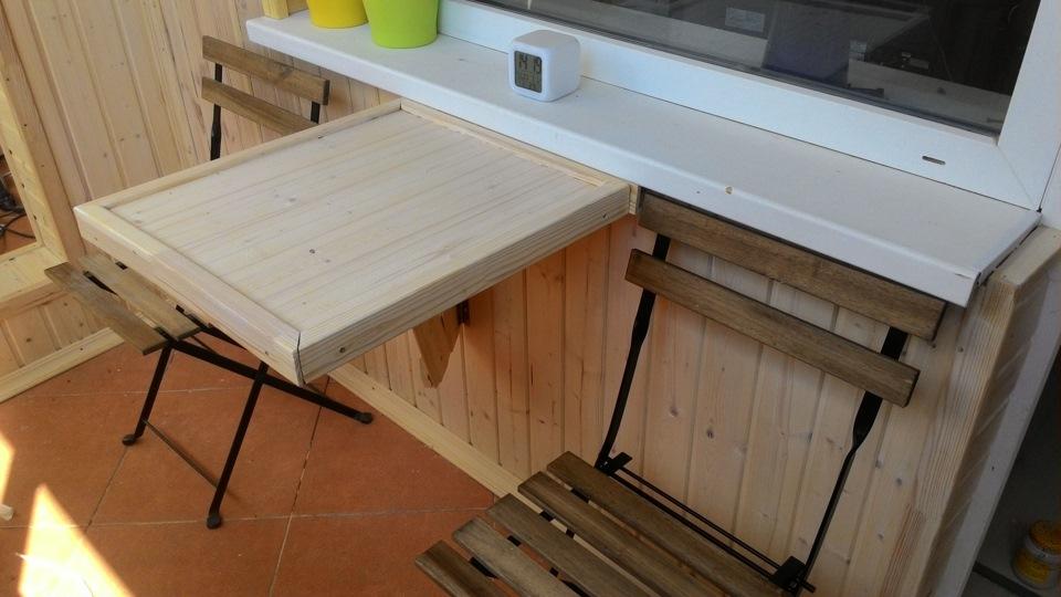 Маленький раскладной столик из досок.
