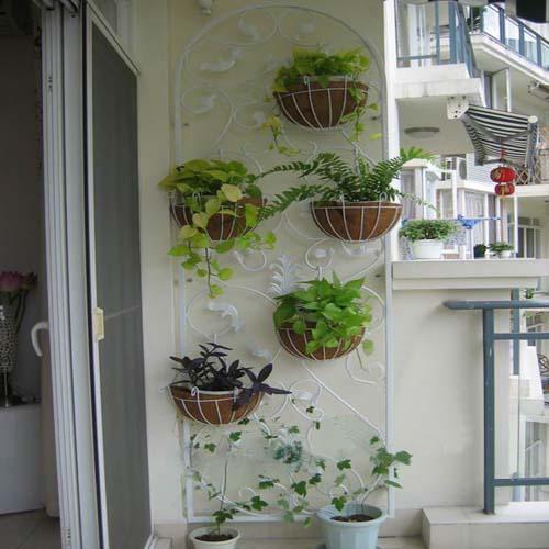 фото: горшки с цветами на балконе