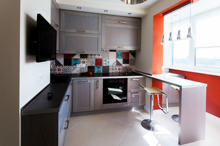 Угловая кухня с балконом дизайн