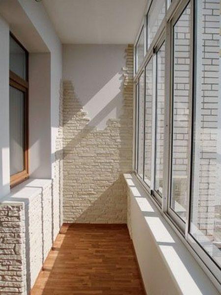 фото: отделка балкона камнем