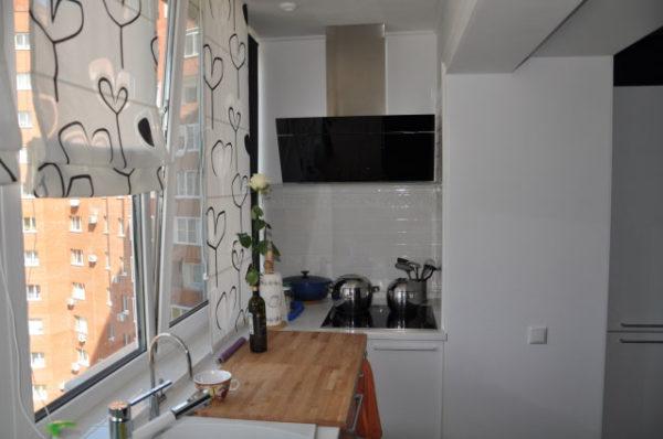 рулонные щторы на кухне с балконом