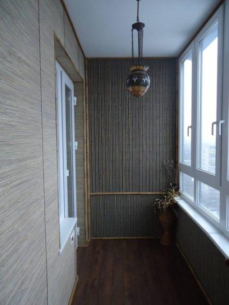 фото: бамбуковые обои на балконе