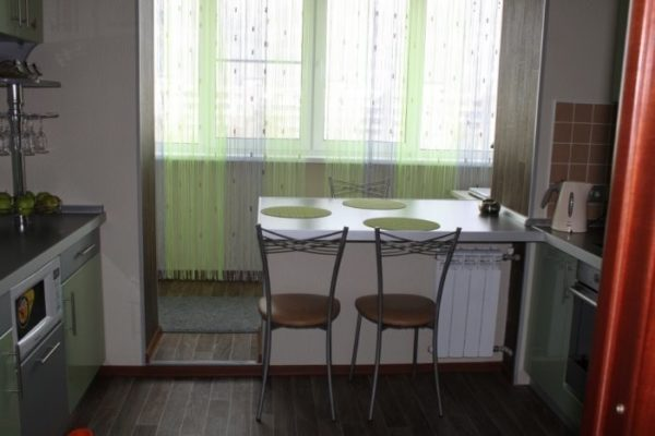 фото: лоджия с кухней со шторками