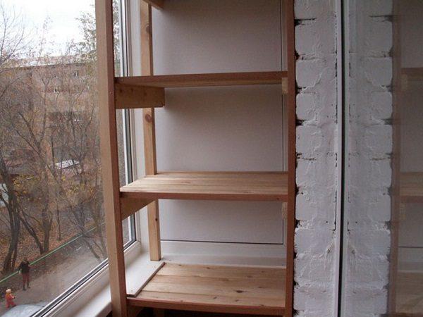 фото: деревянный стеллаж на балкон своими руками