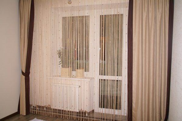 нитевые шторы в гостинную с балконной дверью