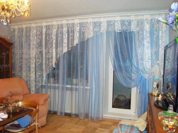 фото: шторы на окно с балконной дверью в гостиной