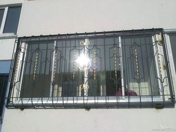 фото: стационарные решетки на балкон