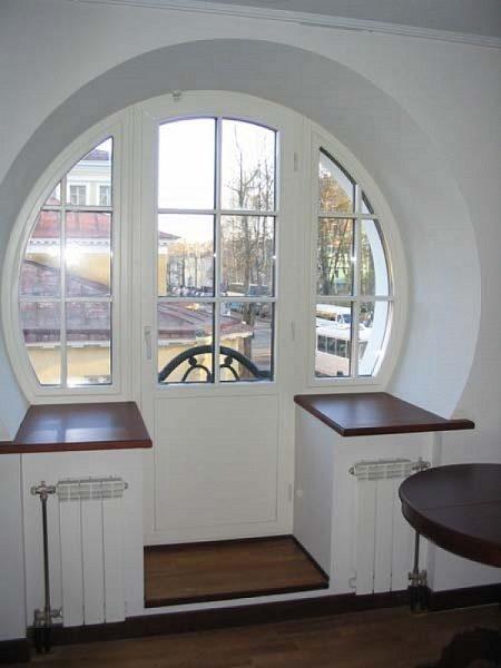 Нестандартное оформление окна с балконной дверью
