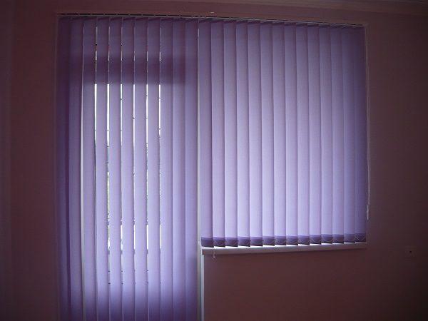 вертикальные жалюзи на окно с балконной дверью