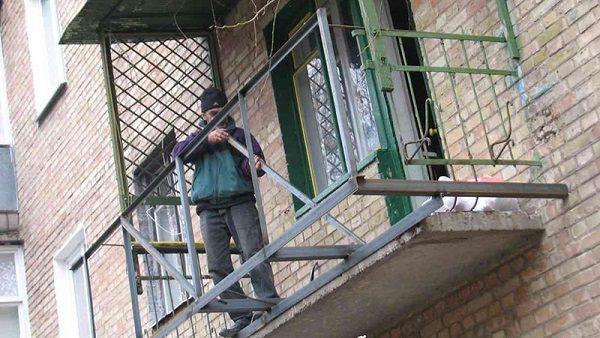 фото: расширение балкона по основанию плиты