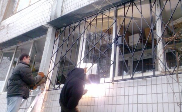 установка балконных решеток