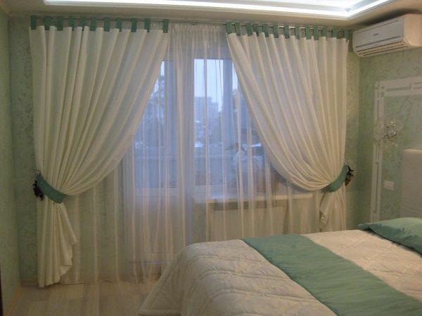 шторы в спальню с балконной дверью
