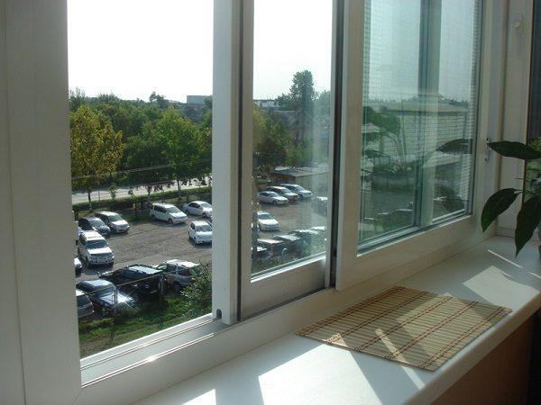 фото: пластиковые раздвижные окна на балкон