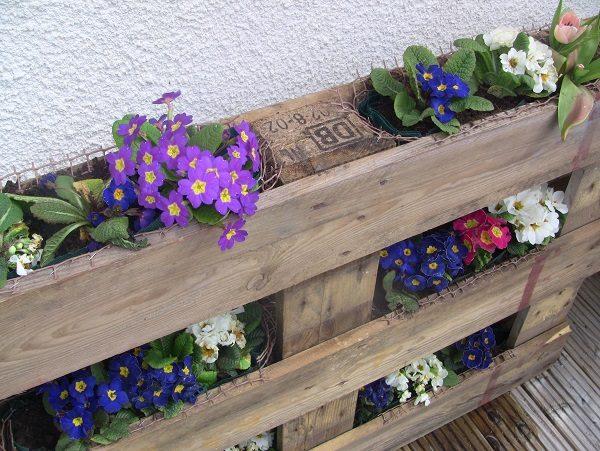балконный ящик для цветов из поддонов