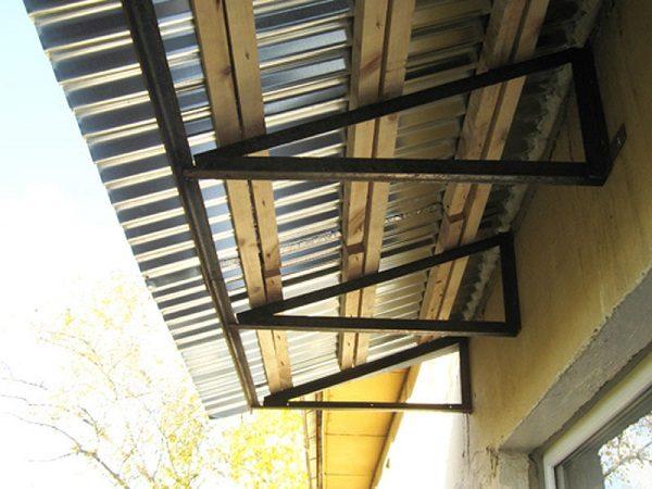 фото: козырек над балконом последнего этажа