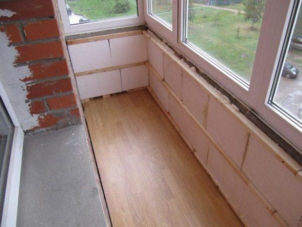 фото: подготовка балкона к отделке пластиковыми панелями