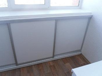фото: шкаф купе на балконе под подоконник