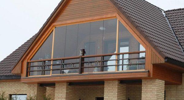 фото: фронтонный балкон