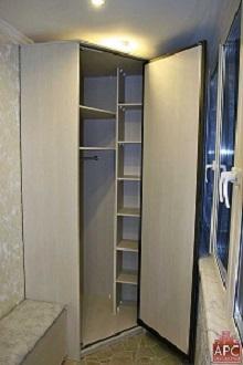 фото: угловой шкаф с распашными дверями