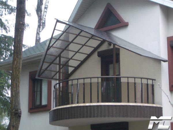 двускатный навес на балкон
