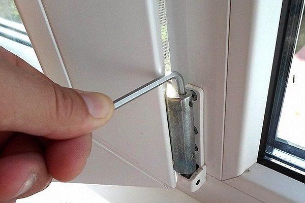 фото: регулировка пластикового окна