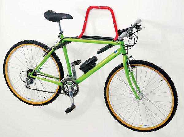 фото: хранение велосипеда на стене