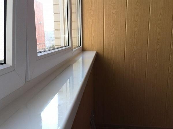 пластиковый глянцевый подоконник на балкон