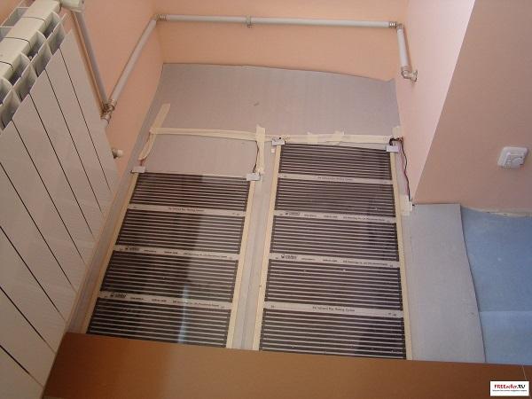 фото: монтаж пленочного теплого пола на балконе