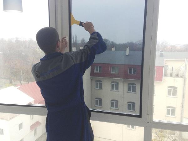 фото: резиновым шпателем разглаживаем окно