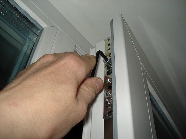 регулировка прижима уплотнителя к пластиковому окну