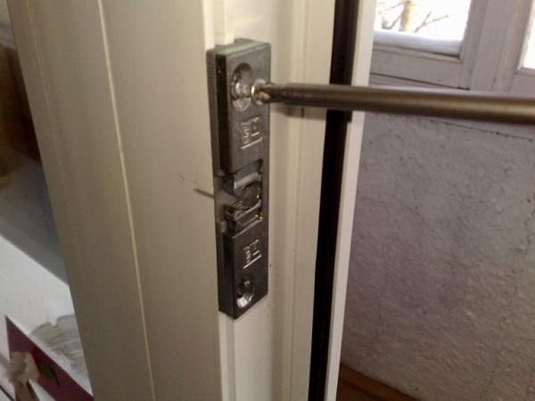 установка роликовой защелки на балконную дверь