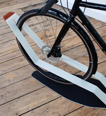 фото: велосипед на полу на подставке