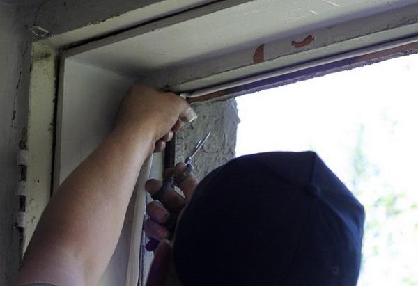 фото: внутрь рамы укладывается резиновый шнур
