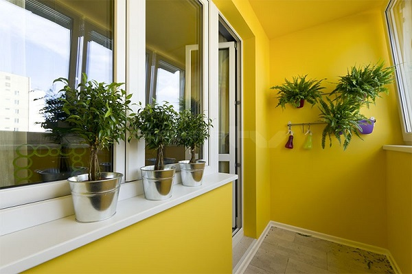 фото: отделка балкона краской