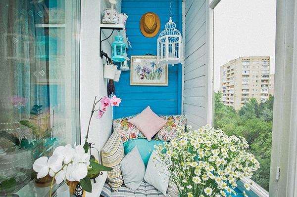 фото: голубой цвет стен в интерьере балкона и лоджии