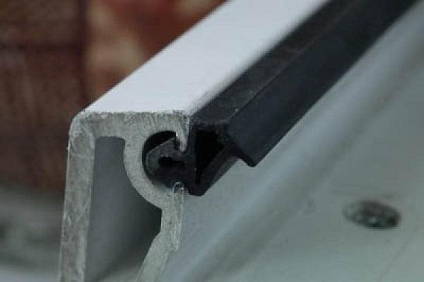 фото: изношенный уплотнитель для пластиковых окон