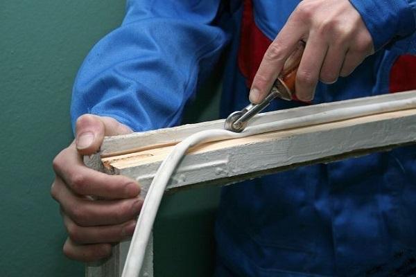 фото: в паз запрессовывается лента