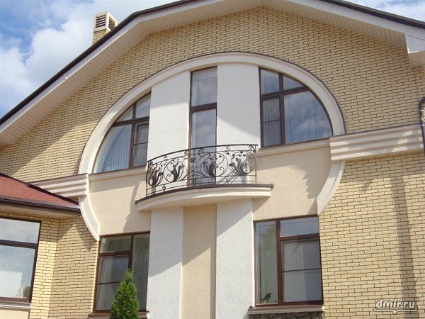 фото: французский балкон в коттедже