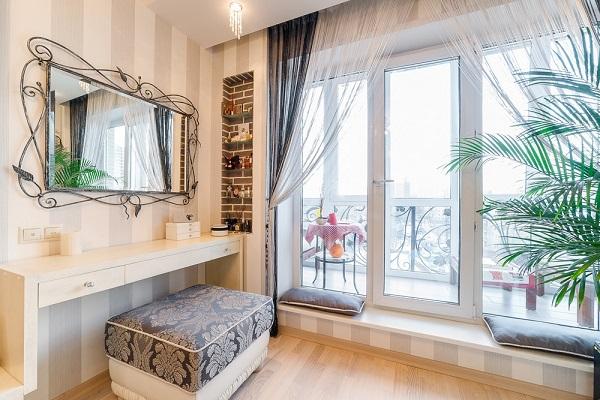 фото: интерьер комнаты с французским балконом