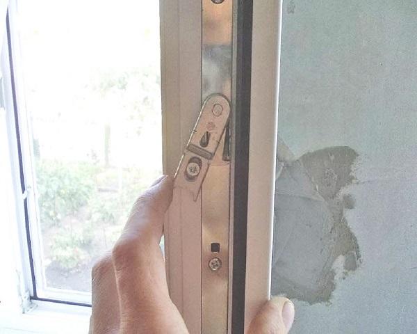 фото: ручка балконной двери клинит