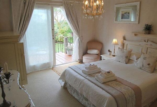 фото: дизайн комнаты в пастельных тонах и балконом