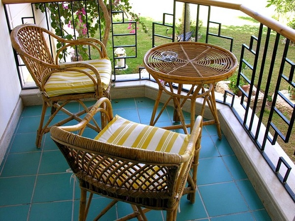 фото: плетенная мебель на балкон