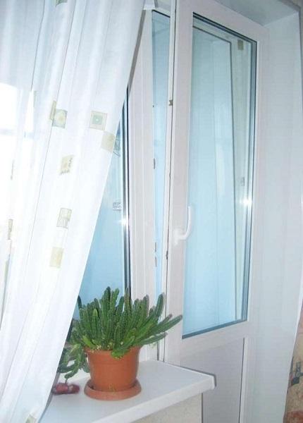 Поворотная дверь на балкон