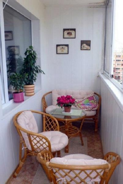 фото: плетеная мебель на балкон